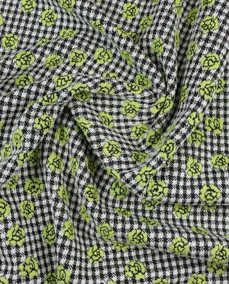 На черно-белом фоне трикотажной ткани цветы нежно-фисташкового цвета арт. ГТ-834-1-ГТ0025966